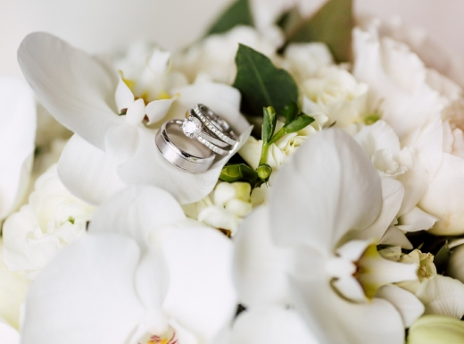 Flower-bouqet-with-wedding-rings
